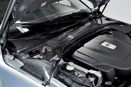 Volvo a réalisé des tests grandeur nature de ce concept de « batteries structurelles » sur sa S80. La barre anti-rapprochement, qui permet d'éviter les déformations de la coque de l'automobile et augmente sa rigidité, a été remplacée par une structure équivalente composée de fibre de carbone. Plus léger et tout aussi solide, cet élément intègre directement la batterie.
