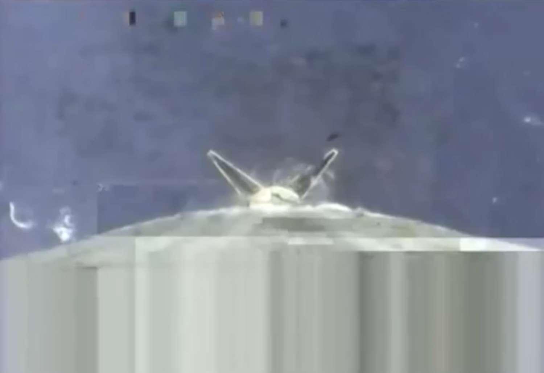Cette capture d'image de la vidéo de descente du premier étage du Falcon 9 montre que les quatre pieds (deux à l'image) se sont correctement déployés en vol. © SpaceX
