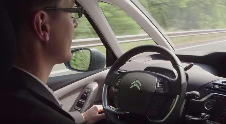 Le constructeur automobile PSA Peugeot Citroën a obtenu le feu vert des autorités françaises en juillet pour faire circuler quatre véhicules autonomes sur la voie publique comme cette Citroën C4 Picasso. © PSA Peugeot Citroën
