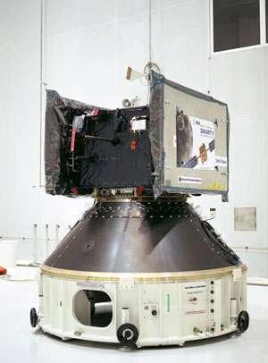 Smart-1 dans le Bâtiment S5 du Centre spatial de Kourou, avant son intégration dans le lanceur Ariane 5