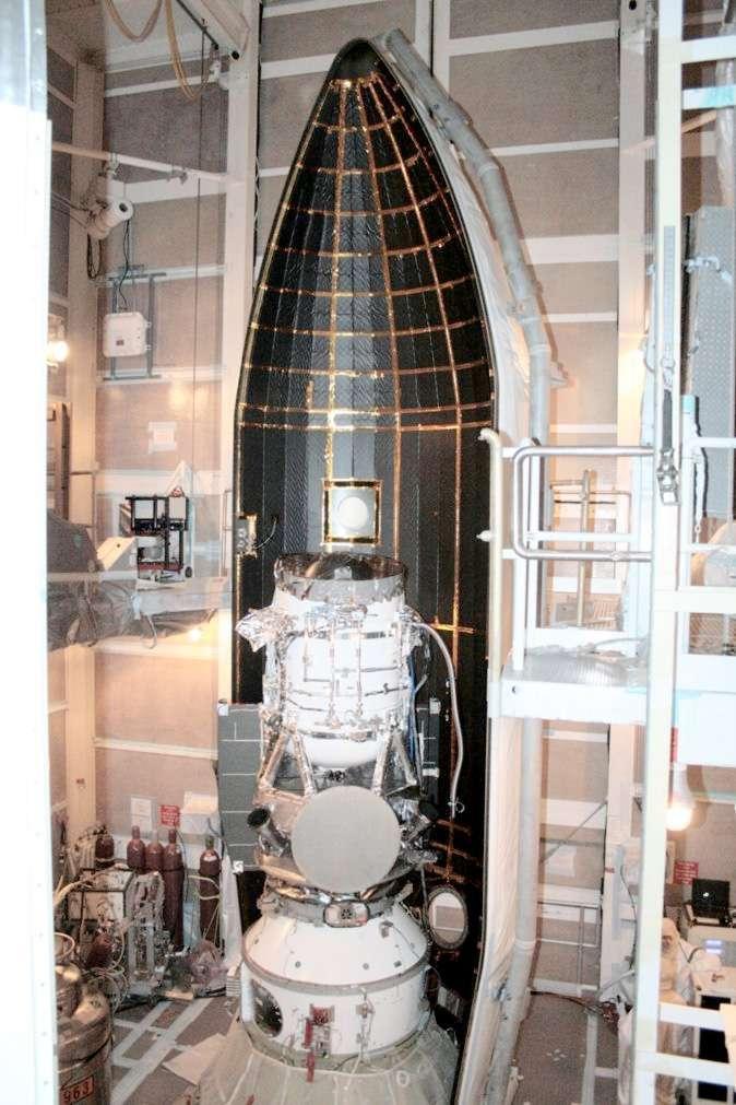 Le satellite Wise installé dans la coiffe de son lanceur, une Delta II quelques jours avant son lancement, le 14 décembre 2009. Il sera bientôt remis en service, notamment pour étudier les corps les plus dangereux dont l'orbite croise celle de la Terre. © Nasa, JPL