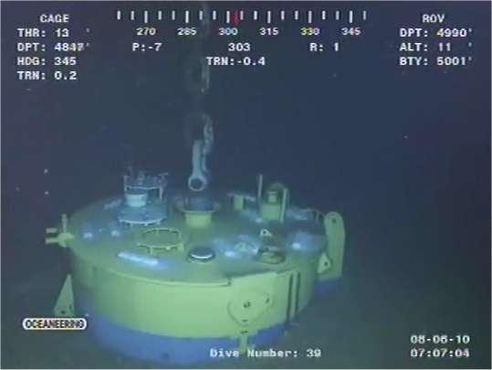 Image d'une vidéo filmée en continu par l'un des robots sous-marins, le 5 août, lors des opérations sur la tête de puits MC252. La profondeur, lisible sur l'écran, est de 4.990 pieds, soit 1521 mètres. © BP