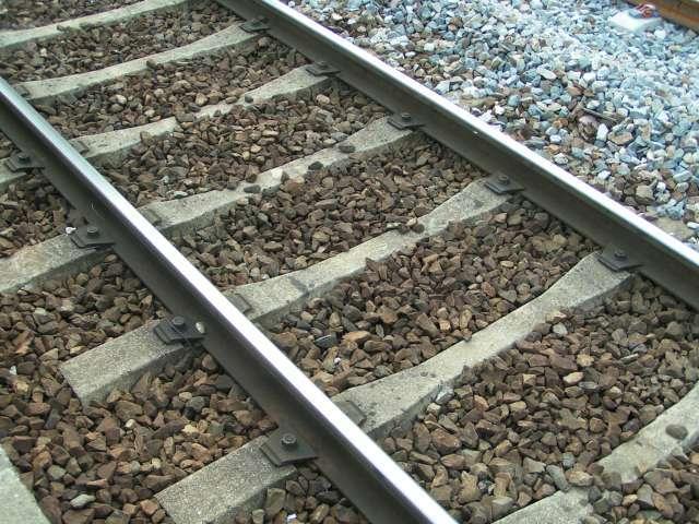 Le ballast ferroviaire, ces cailloux placés entre les rails des chemins de fer, sert à stabiliser la voie ferrée. © Christophe Jacquet, Wikipédia, CC by-sa 1.0