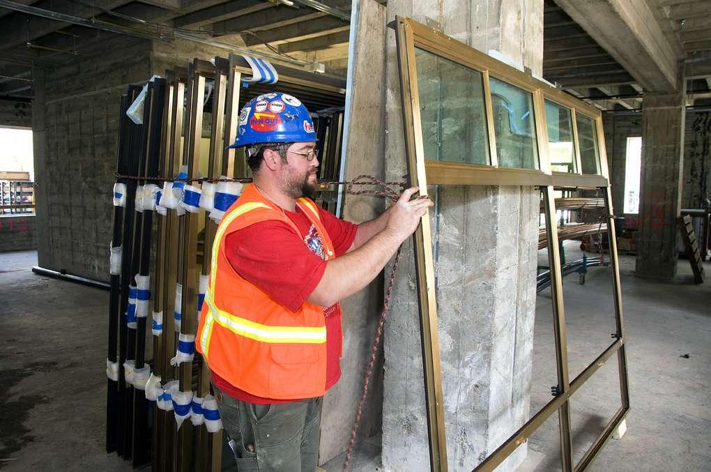 La pose d'une fenêtre PVC en rénovation par des professionnels. © OregonDOT, Flickr, CC BY 2.0