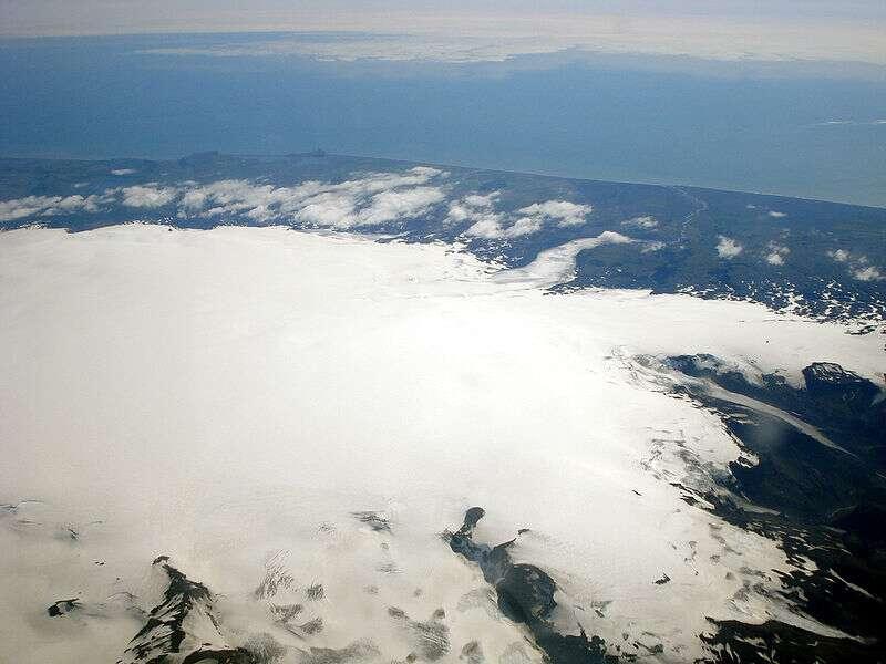 La fonte du Mýrdalsjökull, glacier recouvrant en partie le Katla, pourrait entraîner de fortes inondations en cas d'éruption. © TommyBee, domaine public