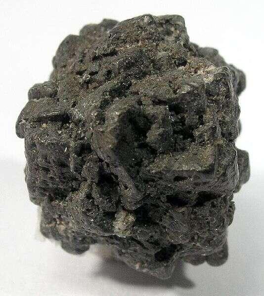 Un cristal d'arsenic retrouvé dans des mines japonaises. © Rob Lavinsky, iRocks.com – CC-BY-SA-3.0