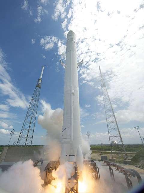 SpaceX veut rendre l'accès à l'espace beaucoup moins cher qu'il ne l'est aujourd'hui. A l'image, décollage du premier Falcon-9, le 4 juin 2010. Crédits Chris Thompson / SpaceX