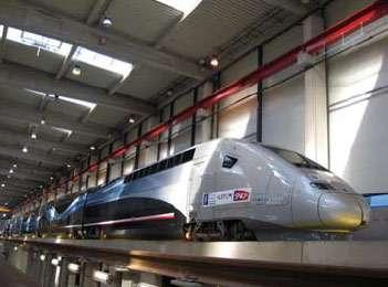 Dans le hangar de La Rochelle, la rame 4402 (alias V150) du record d'avril 2007. La voiture centrale comporte deux bogies motorisés, qui équipent aujourd'hui l'AGV. Crédit Alstom
