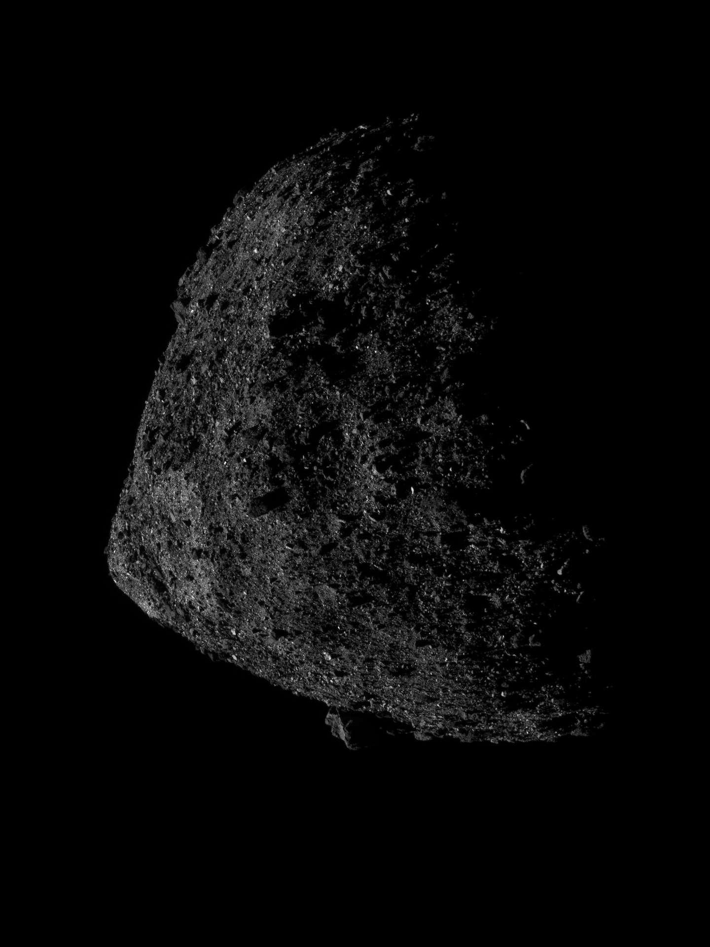 Bennu, un astéroïde géocroiseur potentiellement dangereux de 490 mètres de diamètre, vu ici avec un luxe de détails par la sonde Osiris-Rex, grâce à sa caméra Navcam, le 13 juin 2019, juste après qu'elle se soit placée sur une orbite record de seulement 680 mètres d'altitude. © Nasa/ GSFC / UA / Lockheed Martin