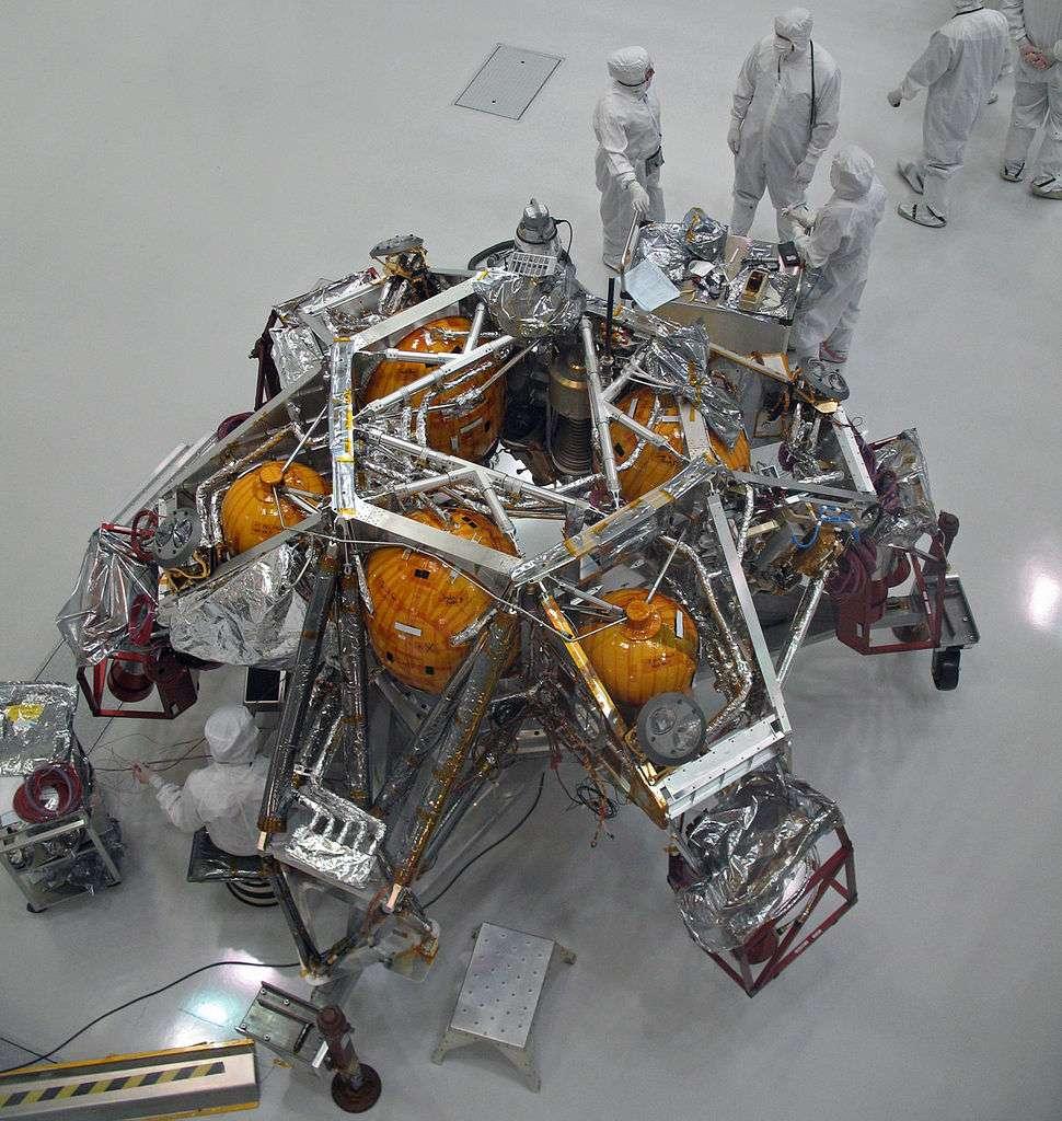 La grue aéroportée par huit réacteurs à l'hydrazine, qui descendra le rover Curiosity à l'aide de trois sangles de 7,5 m de longueur. © Nasa