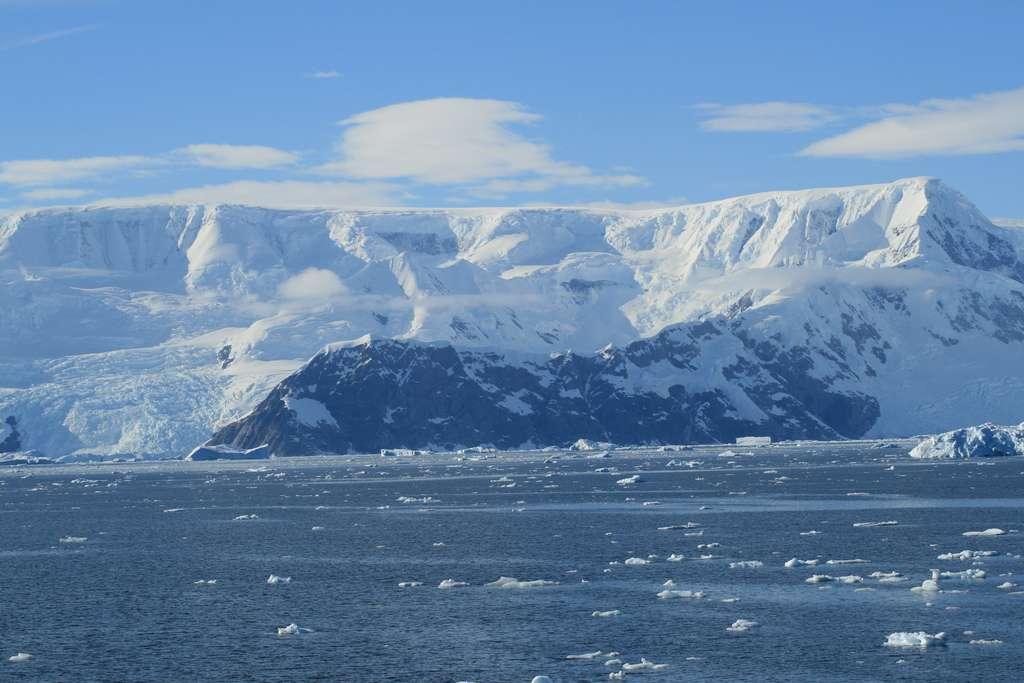 Photographie de la péninsule antarctique prise en février 2009. Le continent antarctique a une superficie de 14 millions de km², soit moins que les 19,44 millions de km² de glace qui l'on recouvert le 26 septembre dernier. © mark 127, Flickr, CC by 2.0