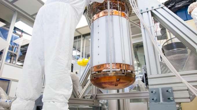Une vue du réservoir contenant du xénon liquide ultrapur de l'expérience Large Underground Xenon (Lux). Elle permet de partir à la chasse aux particules de matière noire qui traversent peut-être la Terre, les Wimps. © Sanford Underground Research Facility, 2013