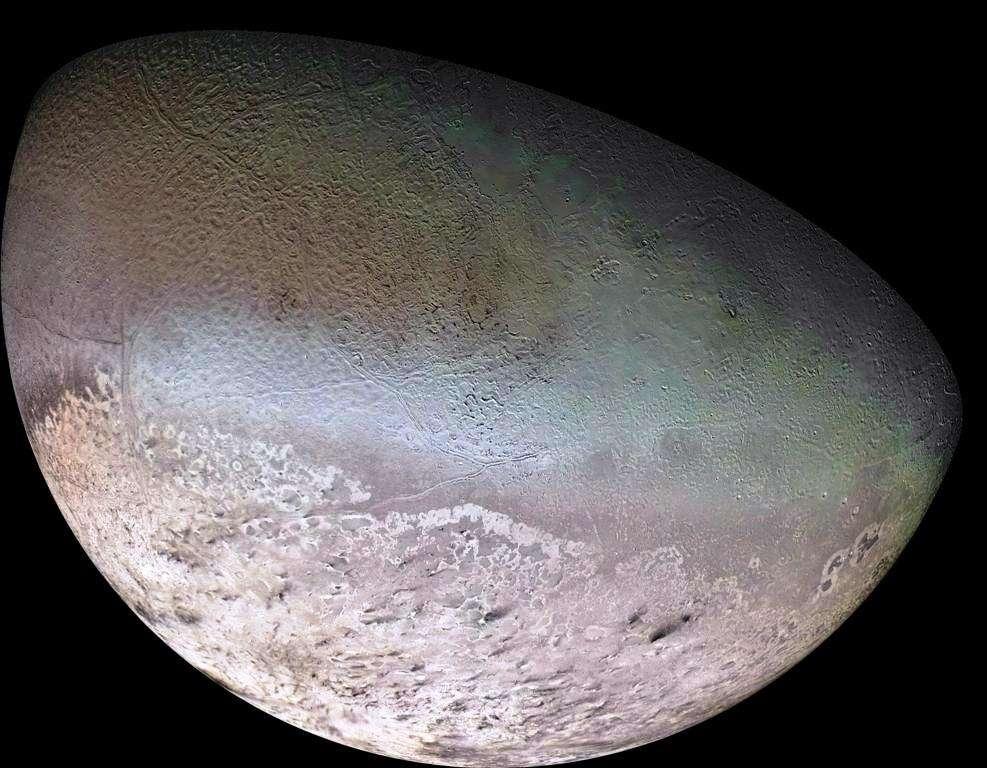 La surface de Triton, un satellite de Neptune, porte des traces d'un cryovolcanisme. On voit ainsi en bas à droite, les dépôts noirs laissés par des éruptions de cryovolcans. Il doit s'agir d'un mélange d'azote et de composés organiques. © Nasa-JPL