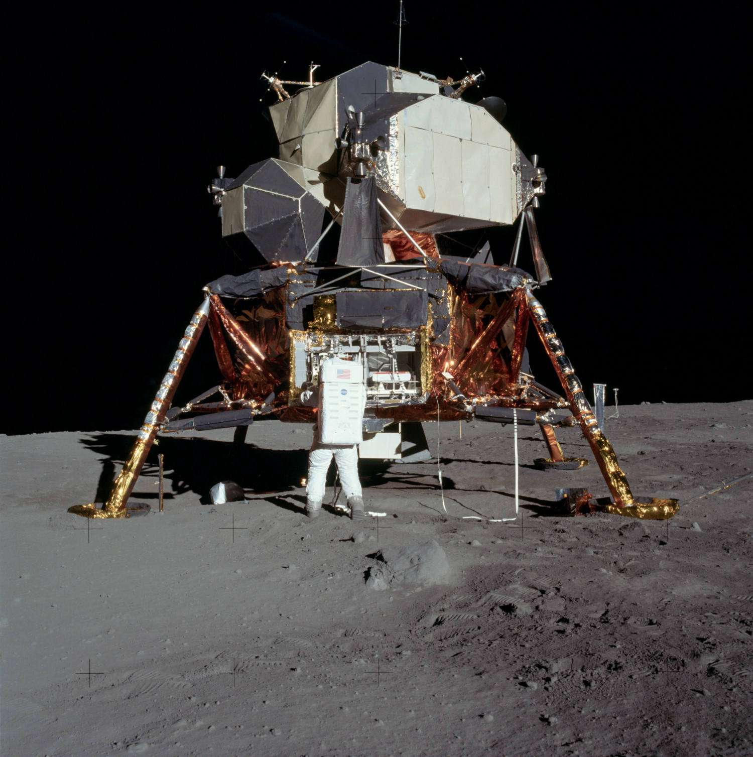 Buzz Aldrin devant le Lunar Module, baptisé Eagle. Seule la partie supérieure a quitté la Lune. Le premier étage, reposant sur ses quatre jambes d'atterrissage vient d'être photographié par LRO. © Nasa/Neil Armstrong