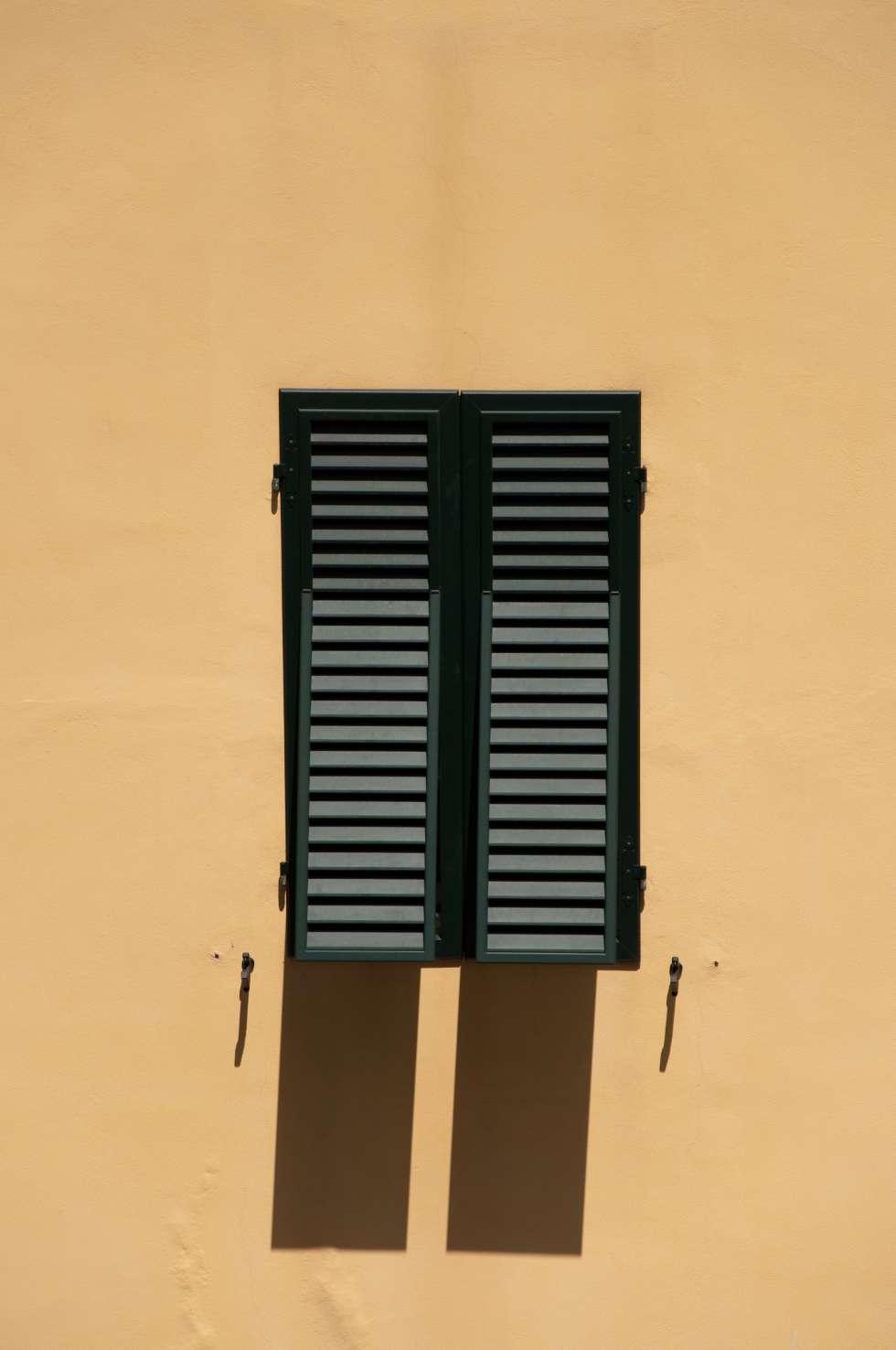 Les persiennes sont des sortes de volets protégeant du soleil et laissant passer l'air. © H005, Domaine public, Wikimedia Commons