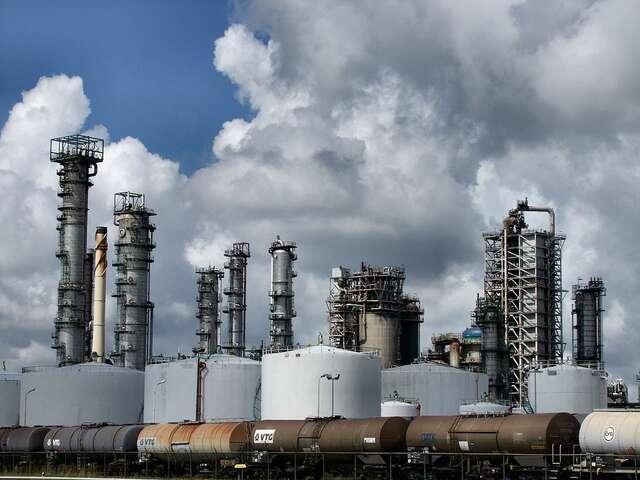 Une fois extrait du sous-sol, le pétrole doit être raffiné avant que ses dérivés ne puissent être mis sur le marché. © Gerard Stolk, Flickr, CC by-nc 2.0