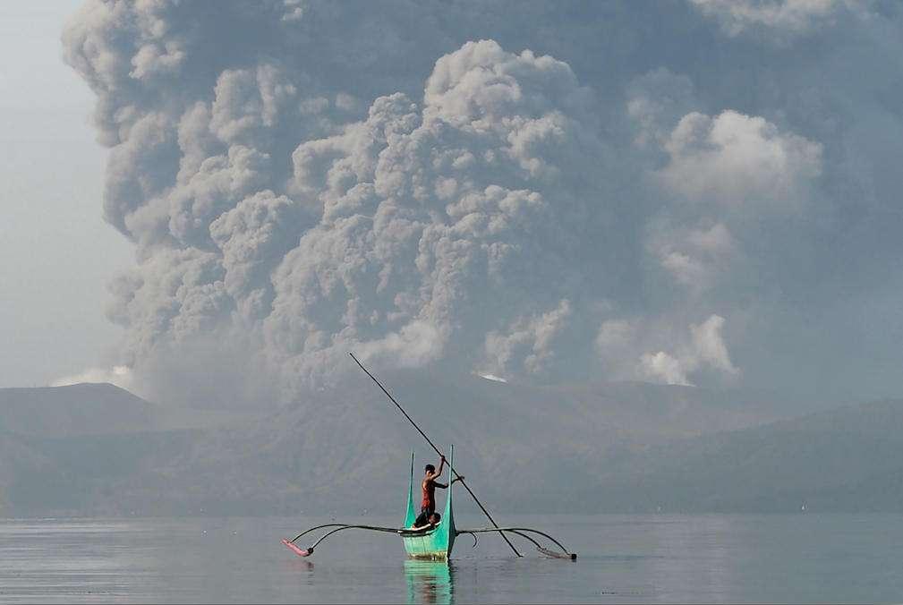 La colonne de cendre produite par le volcan Taal, situé à 60 kilomètres de la capitale des Philippines. © Ted Aljibe, AFP