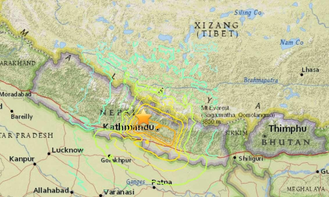 Le séisme survenu samedi 25 avril 2015 à 6 h 11 TU (11 h 56 en heure népalaise) était de magnitude 7,8. L'USGS (US Geological Survey) indique un épicentre à 77 km au nord-ouest de Katmandou et une profondeur de 15 km. La ligne rouge sur la carte indique la limite entre les plaques indienne et eurasienne. Plusieurs répliques ont eu lieu depuis, dont l'une de 6,7 dimanche matin et une de 4,6 (en ondes de volume, mb) le même jour à 22 h 33 (source CSEM). L'USGS en prévoit d'autres dans les jours qui viennent, avec une probabilité de plus de 50 % de séismes de magnitude supérieure à 5 dans une durée d'un mois. © USGS