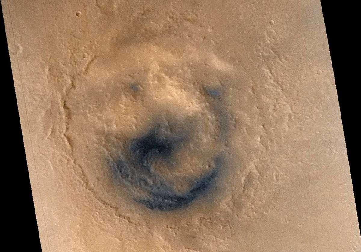 Le cratère Lyot, vu en 2004 par la caméra Hirise de Mars Reconnaissance Orbiter. Crédit Nasa