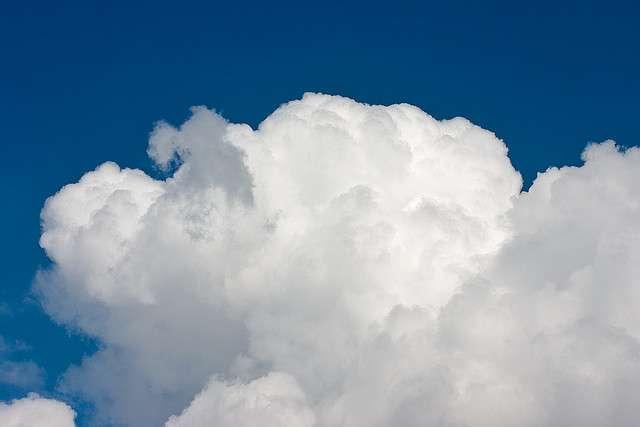 Les nuages se forment par condensation de microgouttelettes d'eau autour de noyaux de condensation présents dans l'atmosphère. © François Roche CC by-nc-sa 2.0