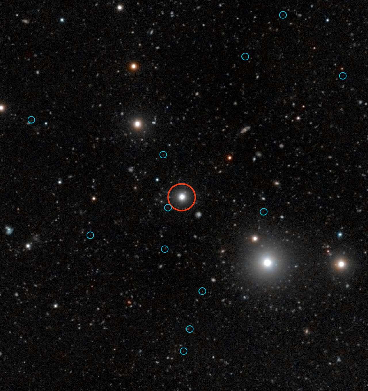 Cette image profonde montre une région du ciel autour du quasar HE0109-3518. Le quasar, proche du centre de l'image, se trouve dans la constellation du Sculpteur. © Eso, Digitized Sky Survey 2, S. Cantalupo (UCSC)
