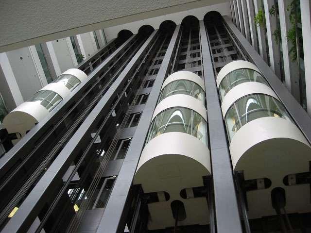 Elisha Graves Otis invente l'ascenseur et son système de retenue dans un building new-yorkais. L'ascenseur permet à des personnes, ou des objets, d'être déplacés rapidement par un système aujourd'hui automatique. © Peregrine981, CC BY-SA 3.0, Wikimédia Commons