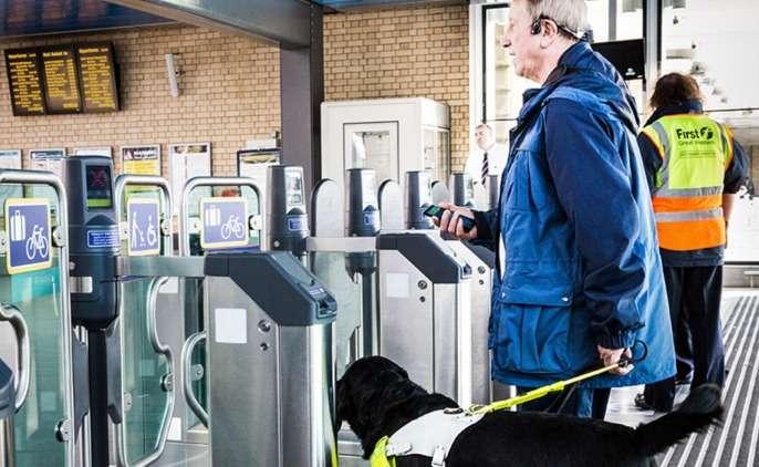 Microsoft a développé une oreillette connectée à un Windows Phone qui utilise la diffusion de sons spatialisés transmis par conduction osseuse pour guider une personne non-voyante. Huit volontaires ont pu tester ce prototype au Royaume-Uni. © Brian Smale, Microsoft