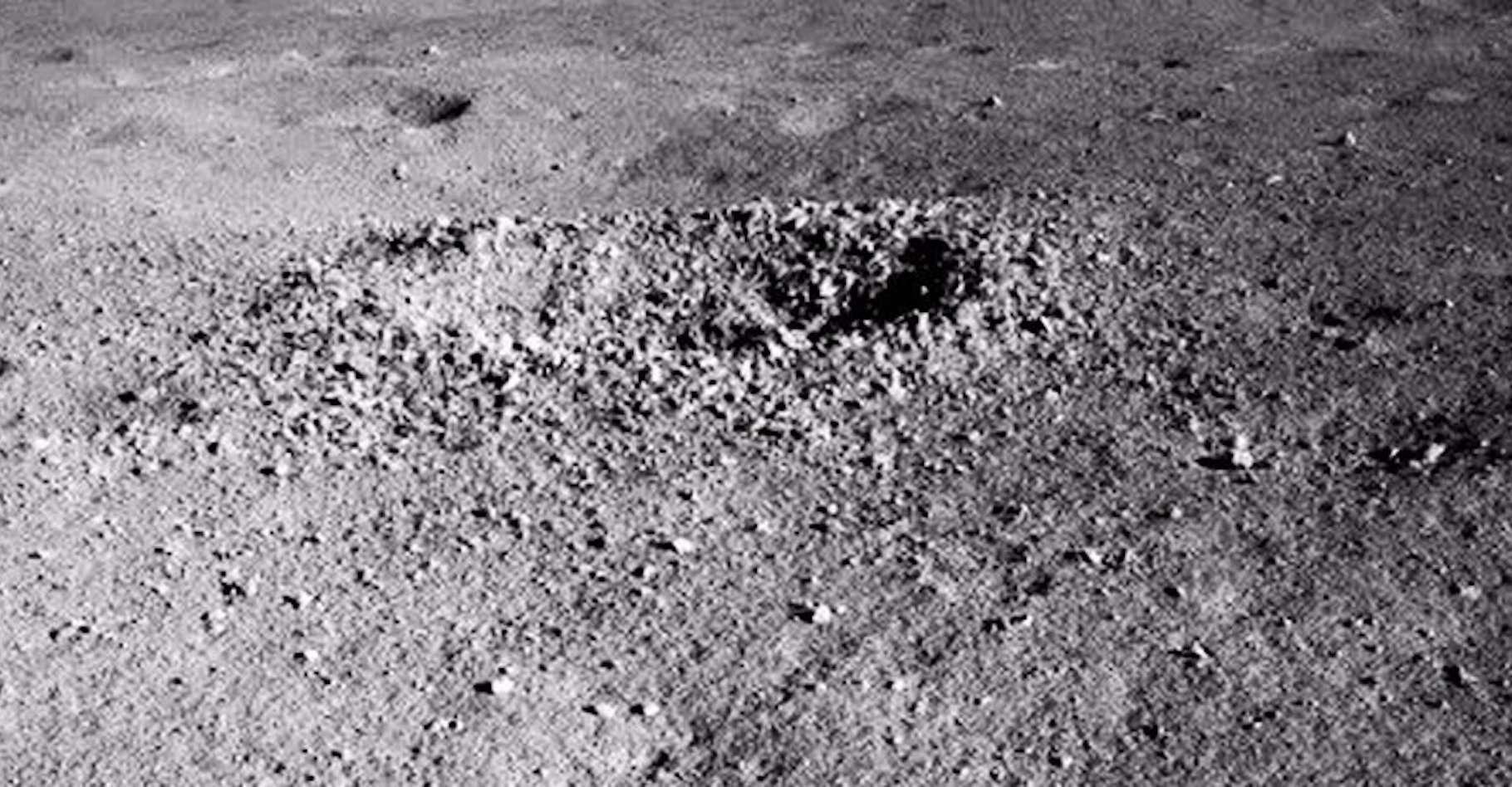 C'est au fond de ce cratère lunaire que Yutu-2 a détecté une substance étrange, faisant penser à un gel brillant. © China National Space Administration (CNSA)