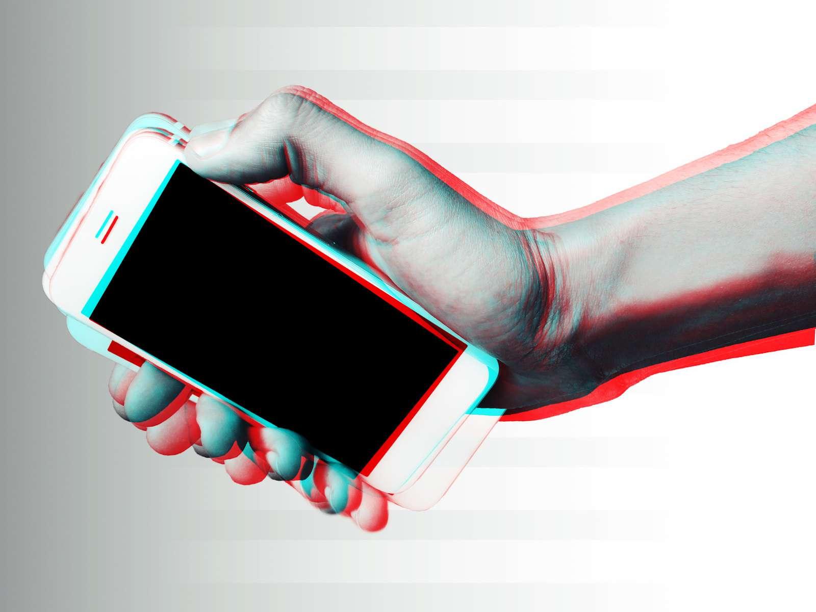 Les vibrations du téléphone créent des ondes dans le liquide qui peuvent être mesurées par l'accéléromètre. Ces ondes peuvent ensuite être analysées pour déterminer la nature du liquide. © Morocko, Fotolia