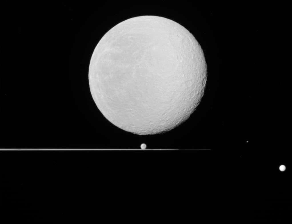 Cinq satellites de Saturne se cachent dans cette partie de billard planétaire. © Nasa/JPL/SSI/Emily Lakdawalla