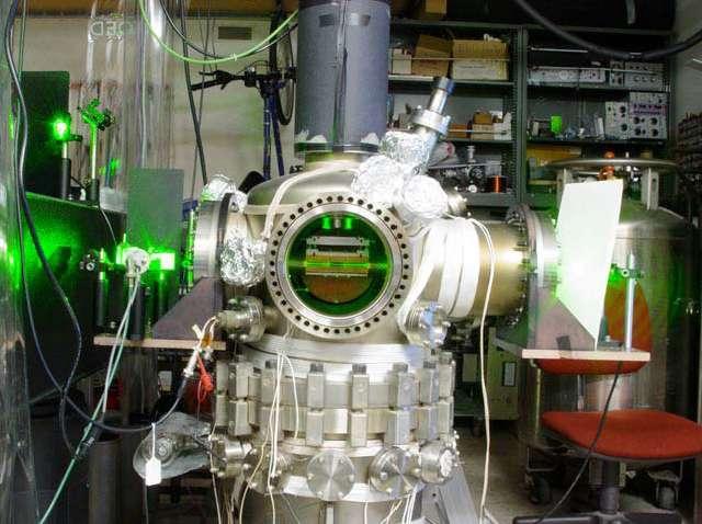 Une photos du dispositif de l'expérience de l'Université de Berkeley. Les faisceaux laser apparaissent en vert. Crédit : Damon English-UC Berkeley
