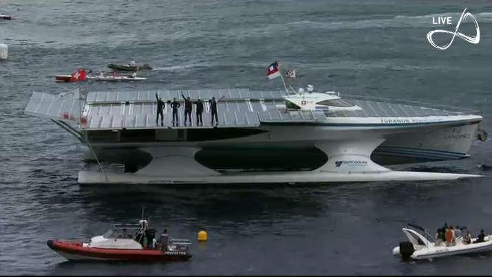Le Tûranor PlanetSolar, et ses quatre membres d'équipage, lors de leur arrivée à Monaco ce 4 mai 2012. L'origine du nom du navire (Tûranor) viendrait de la trilogie du Seigneur des Anneaux de J.-R.-R. Tolkien. Il signifierait « victoire » et « puissance du soleil ». © PlanetSolar