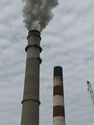 Les fumées industrielles sont à la fois des pollutions chimiques et des pollutions atmosphériques, selon la façon dont on choisit de classer ce type de pollution. © nevadog CC by-nc-nd 2.0