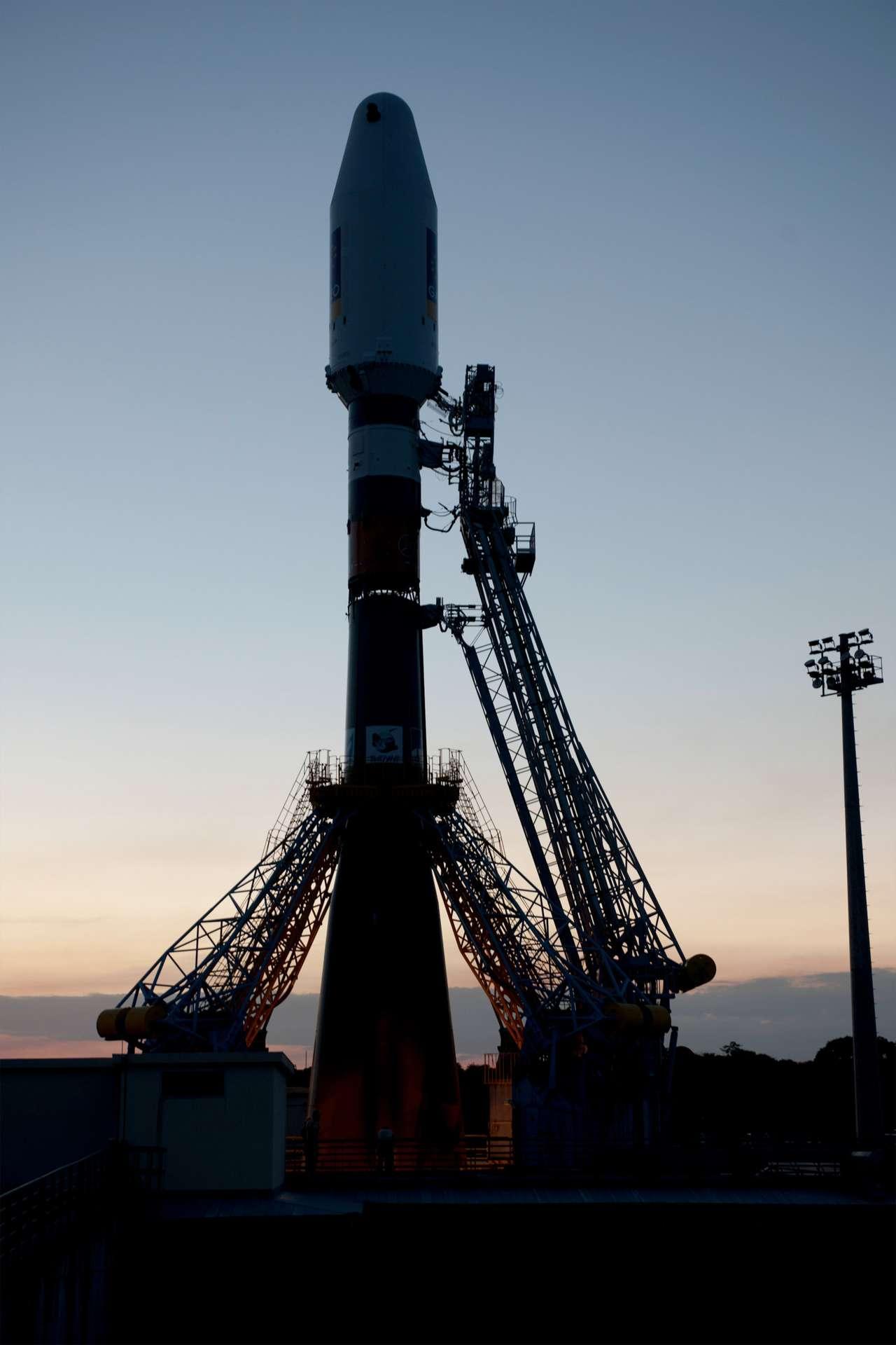 Alors que les satellites Galileo sont en route vers leur position finale, à quelque 23.200 kilomètres d'altitude, le lanceur russe Soyouz se prépare à une nouvelle mission depuis la Guyane. Cette fois, la fusée devra mettre en orbite mais six satellites, dont Pléiades. © Esa/S. Corvaja