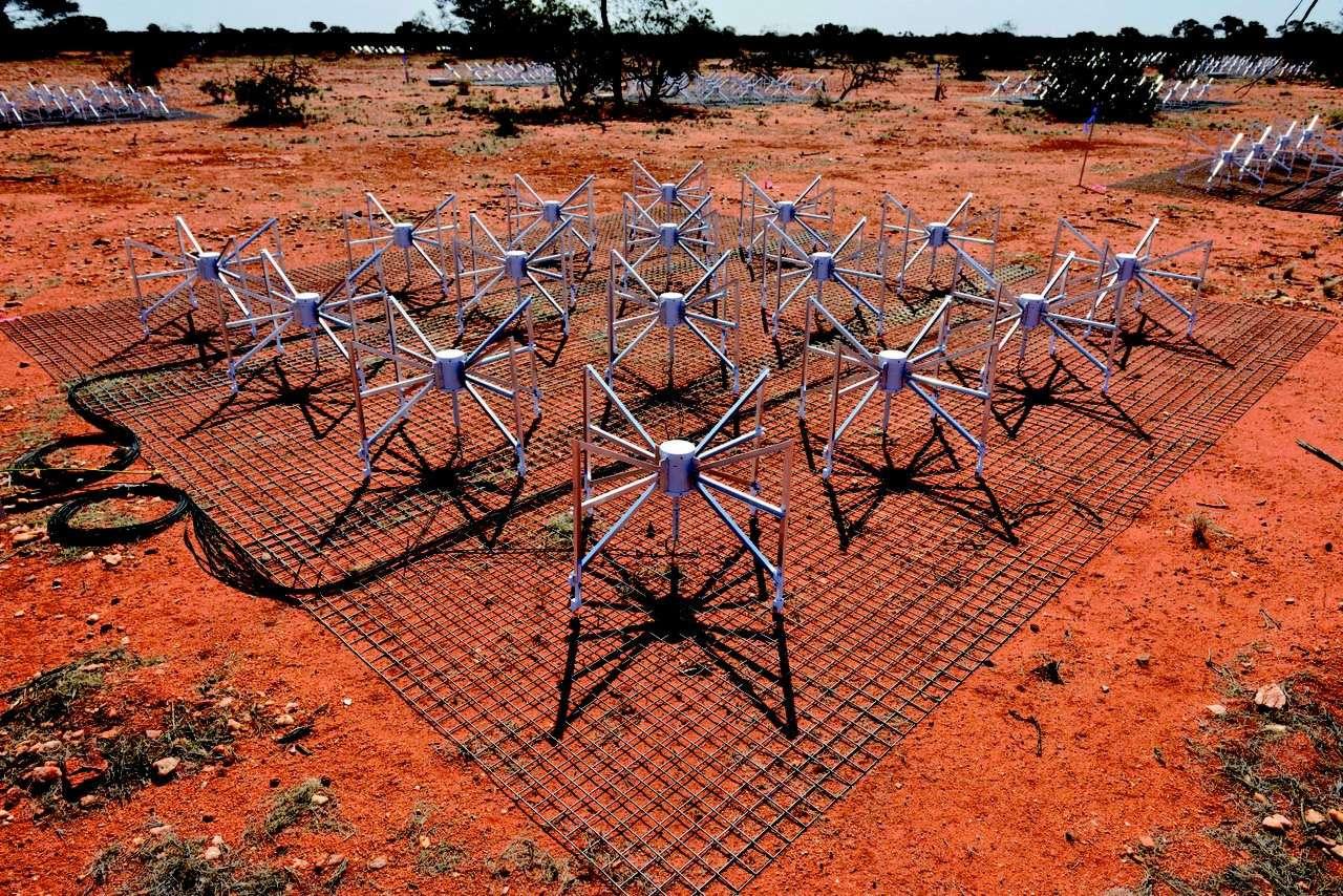 Une des 2.048 antennes dipôles qui forment le réseau d'antennes à grand champ de Murchison, dans le nord-ouest de l'Australie. © MWA Science Team