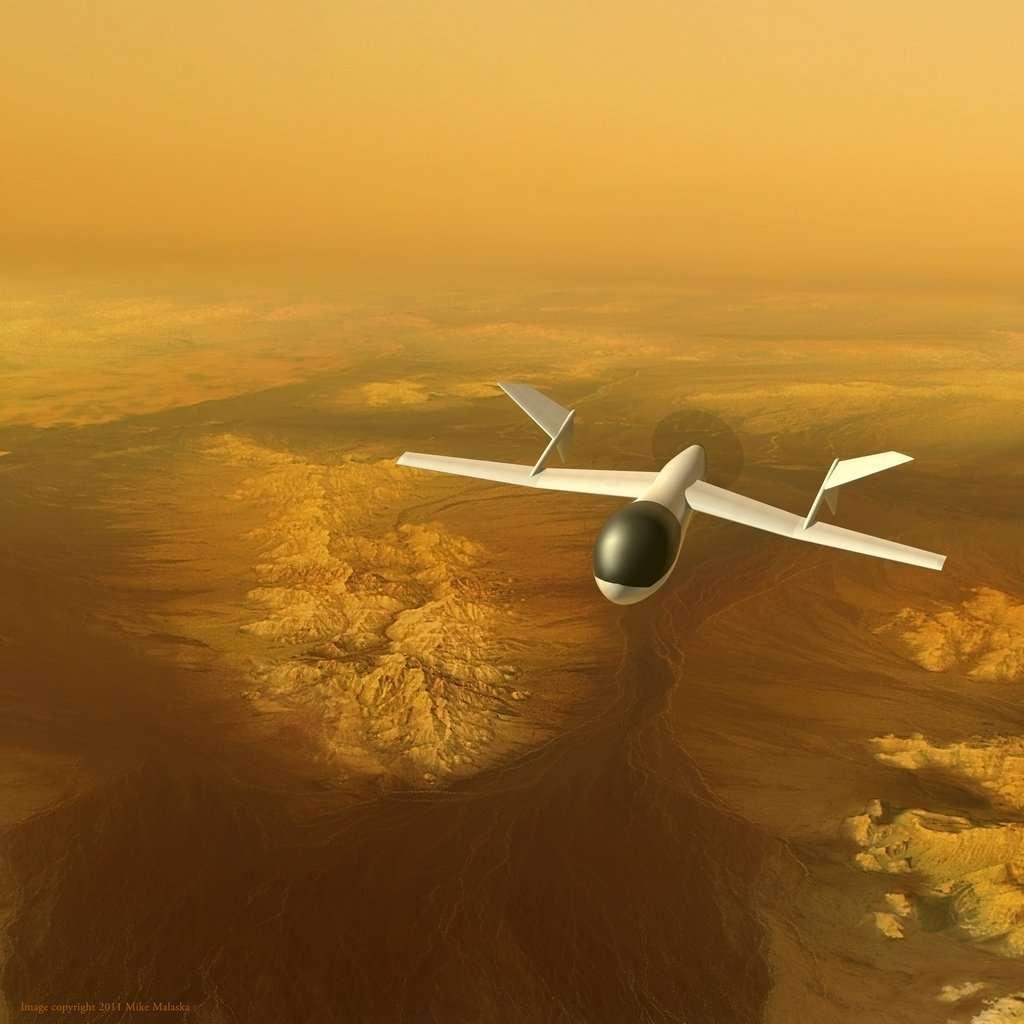 Une vue d'artiste d'Aviatr survolant Titan au début des années 2030. La dense atmosphère de Titan (quatre fois plus que sur Terre au niveau de la mer) et la faible gravité (sept fois moindre que sur notre planète) autorisent une faible envergure. © Mike Malaska