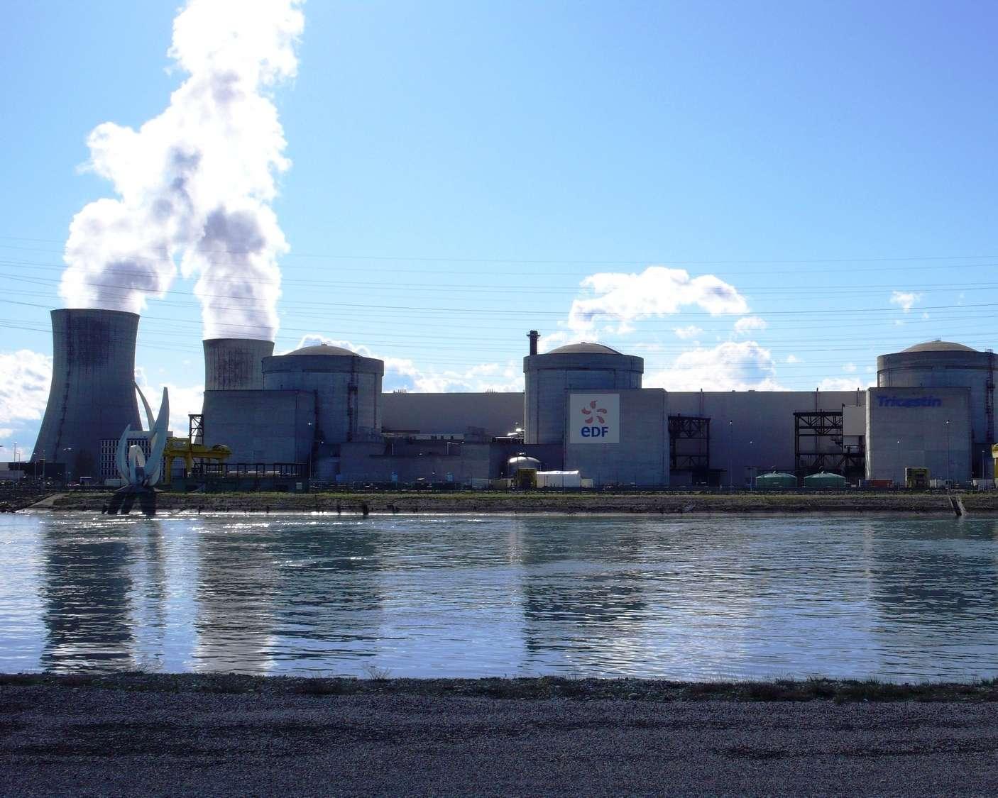 La centrale nucléaire du Tricastin, dans la Drôme, utilise de l'eau pour son fonctionnement. Si cette dernière venait à manquer, cela impacterait donc sa production d'électricité. © Sancio83, DP