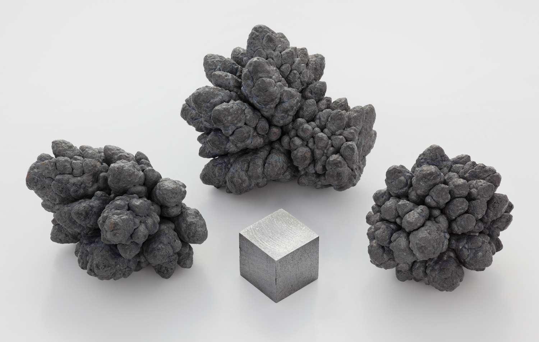 Nodules de plomb raffinés par électrolyse à coté d'un cube d'un cm3 de plomb pur. © Alchemist-hp, Wikimedia Commons, CC by-nc-nd 3.0