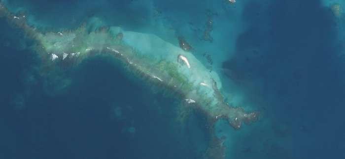 L'ouragan Walaka a eu raison d'East Island, une île hawaïenne, au début du mois d'octobre 2018. La tempête a balayé les sédiments qui formaient l'île. Ceux-ci se sont déposés au nord d'East Island, au niveau de la barrière de corail. (Image satellite prise en octobre 2018.) © US Fish and Wildlife Service, DP