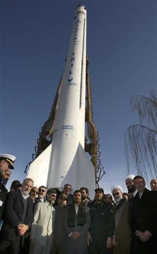 Le président Mahmoud Ahmadinejad et des cadres iraniens devant le lanceur Safir-2, en 2009. Ce lanceur a placé en orbite le satellite Omid. © Agence spatiale iranienne