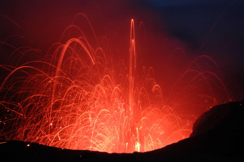 Éruption de type strombolienne caractérisée par des gerbes ou projection de lave en forme de fontaine. © Rolfcosar, Wikimedia Commons, CC BY-SA 2.5