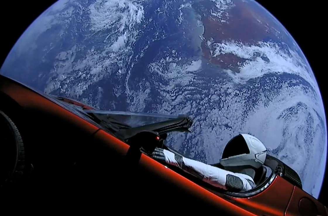 Une Tesla Roadster a été envoyée vers Mars par une fusée Falcon Heavy en février. Neuf mois plus tard, SpaceX annonce que la voiture se trouve au-delà de la planète rouge. © SpaceX