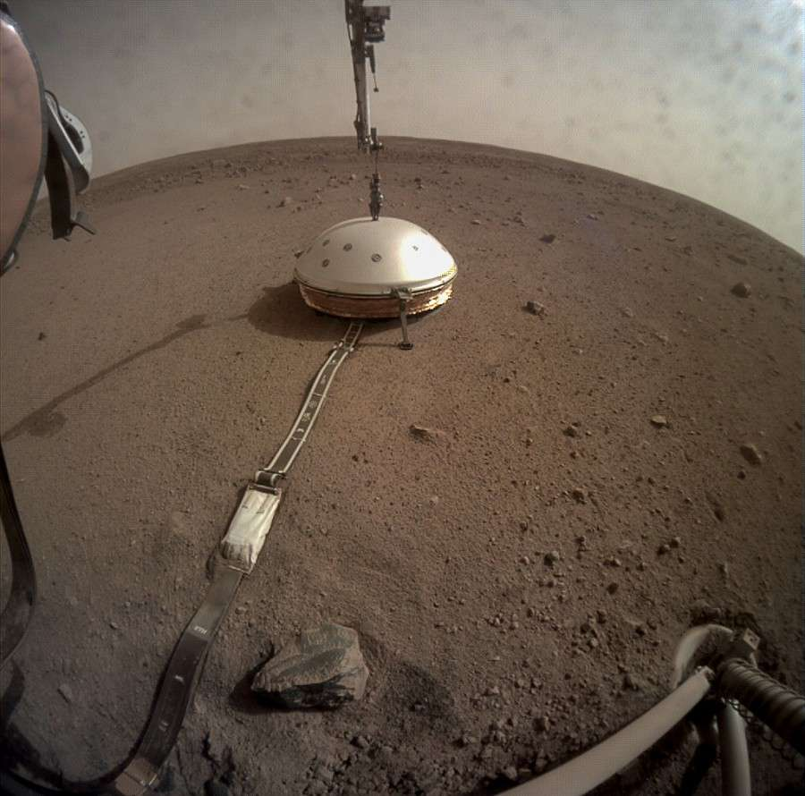 InSight place le bouclier protecteur sur le sismomètre Seis posé sur le sol de Mars le 2 février 2019. © Nasa, JPL Caltech