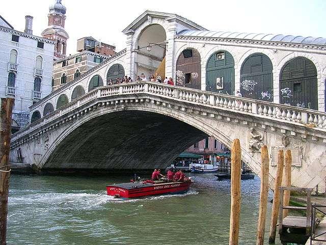 Lorsque l'on cherche que visiter à Venise, le pont du Rialto s'impose comme une évidence. © Remidu74, Wikimedia Commons, cc by sa 3.0