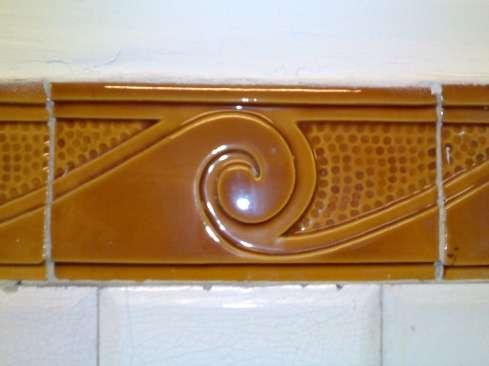 Le carrelage peut être utilisé dans de nombreuses pièces de la maison. Il décore également les murs du métro parisien et forme une frise. © Gonioul , CC-BY-SA-3.0, Wikimedia Commons