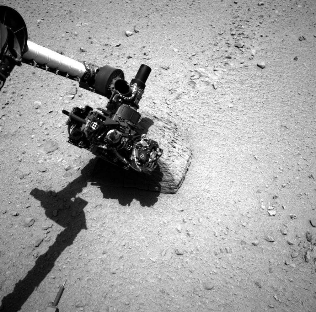 Sur Mars, comme ailleurs dans le Système solaire, la recherche d'une forme de vie éteinte ou active pourrait être faussée si les instruments utilisés sont porteurs de micro-organismes terrestres. D'où la nécessité de comprendre leur résistance aux voyages dans l'espace. À l'image, le bras de Curiosity analysant le rocher Jake Matijevic. © Nasa, JPL-Caltech