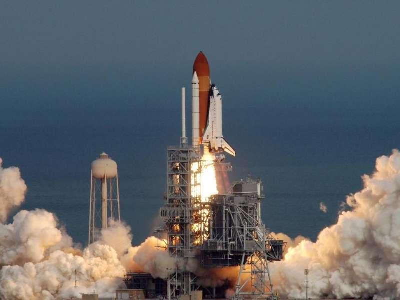 La navette Atlantis, le 7 février 2008, à 19 h 45 TU, décolle du Centre spatial Kennedy. © Nasa