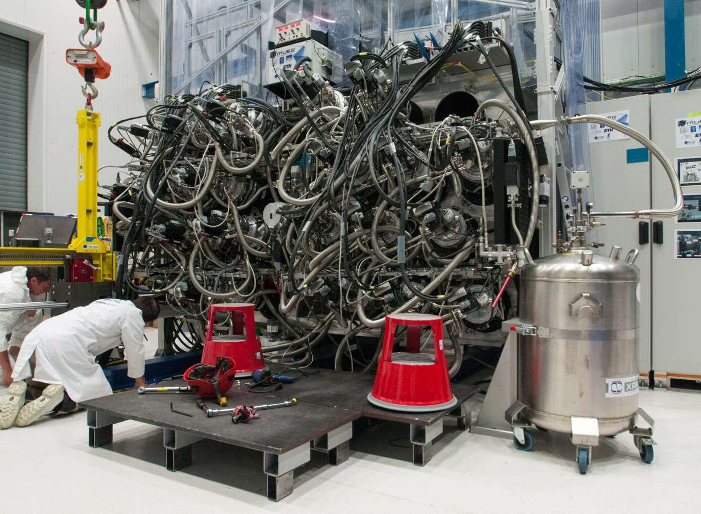 Cet ensemble de composants optomécaniques et électroniques est l'arrière de l'instrument Muse. On aperçoit les 24 spectrographes installés dans la structure mécanique. L'enchevêtrement de tuyaux reliés aux spectrographes permet le refroidissement des 24 détecteurs associés grâce à de l'azote liquide. Muse est ici vu au camp de base du VLT avant son installation au foyer de Yepun. © Rémy Decourt