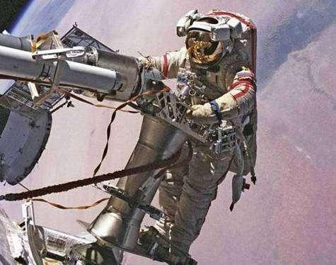 Le Russe Charipov en scaphandre Orlan, à l'extérieur de la Station Spatiale Internationale.