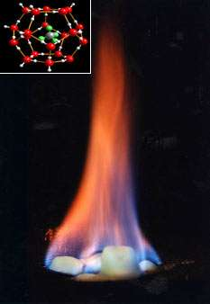 Au niveau moléculaire, l'eau des clathrates forme une fine cage dans laquelle est emprisonné le gaz. À l'œil nu, ces composés ressemblent à de la neige... qui brûle. © USGS, Wikipédia, dp